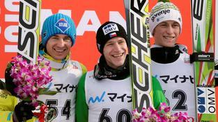 Roman Koudelka (uprostřed) na stupních vítězů po závodě SP v Sapporu