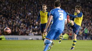 Tomáš Rosický střílí gól Arsenalu v pohárovém utkání s Brightonem