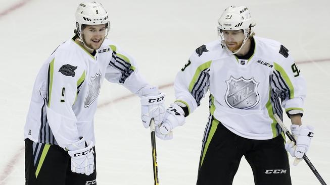 Jakub Voráček (vpravo) se spoluhráčem Filipem Forsbergem při Utkání hvězd NHL