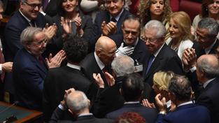 Nyní již bývalý prezident Giorgio Napolitano (uprostřed) se přišel do Parlamentu rozloučit. Dostalo se mu mohutného potlesku