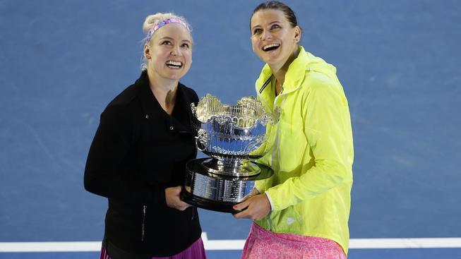 Lucie Šafářová (vpravo) s Bethanií Mattekovou-Sandsovou s trofejí pro vítězky deblu
