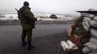 Člen povstaleckých jednotek střeží stanoviště 25 kilometrů od Debalceve