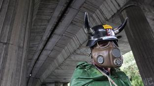 Demonstrujícím horníkům kostýmy moc nepomohly. O práci stejně přijdou