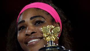 Serena Williamsová s trofejí pro vítězku Australian Open