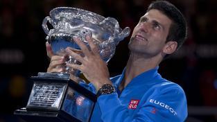 Novak Djokovič s trofejí pro vítěze Australian Open