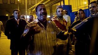 Během střetu s policí v Káhiře zemřelo nejméně 22 fotbalových fanoušků
