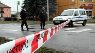 Policejní obklíčení při zásahu u restaurace Družba