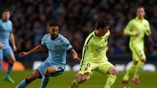 Lionel Messi obchází Gaela Clichyho během úvodního osmifinále Ligy Mistrů