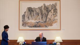Jihokorejská prezidentka a Bohuslav Sobotka, který podepisuje návštěvní knihu