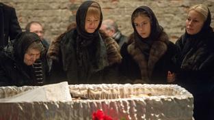 U rakve vystavené v Sacharovově centru stojí rodina Němcova