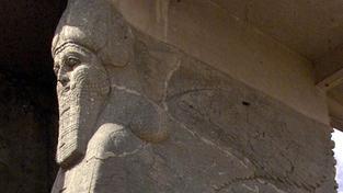 Členové hnutí Islámský stát ničí asyrské památky v Nimrúdu buldozery