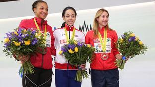Eliška Klučinová na stupních vítězů ve společnosti šampionky Katariny Johnsonové-Thompsonové a stříbrné Nafissatou Thiamové