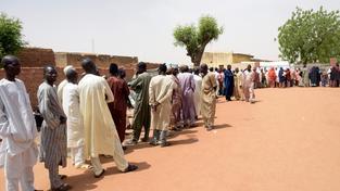 O volby je v Nigérii velký zájem, lidé čekají i hodinové fronty