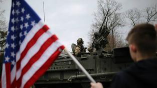 Konvoj působí jako atrakce, lidé ho vítají americkými vlajkami