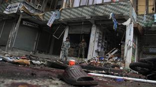 Místo činu krátce po útoku sebevražedného atentátníka