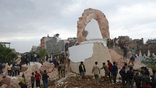 Během zemětřesení se zřítila i historická věž Dharahara zapsaná na seznamu UNESCO