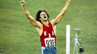 Bruce Jenner si v roce 1976 dobíhá pro zlatou medaili na olympiádě v Montrealu
