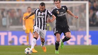 Carlos Tevéz uniká Garethu Baleovi