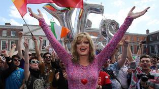 Irští homosexuálové bouřlivě oslavují povolení sňatků osob stejného pohlaví v této katolické zemi