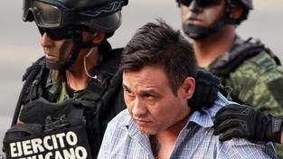 Vojáci eskortují Omara Trevina Moralese, šéfa kartelu Los Zetas
