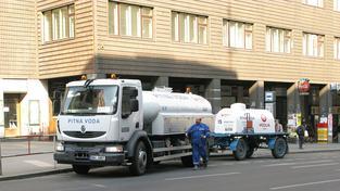 Náhradní zásobování pitnou vodou momentálně zajišťuje padesátka cisteren (ilustrační snímek)