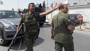 Tuniský voják začal v kasárnách pálit na své kolegy, zřejmě šlo o vnitřní spory