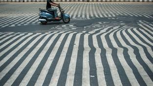 Vedro v Indii dosahuje tak vysokých teplot, že se roztéká i asfalt na silnicích