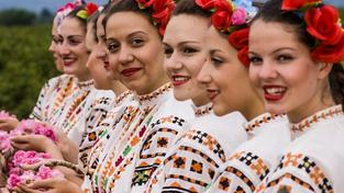 Bulharské sběračky v tradičních krojích