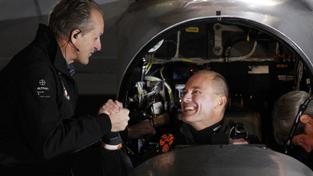 André Borschberg se při pilotování střídá s Bertrandem Piccardem (v kokpitu). Cestu nad Pacifikem má zvládnout Borschberg