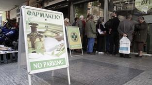 Před řeckými lékárnami se kvůli opatřením vlády tvoří fronty. Ilustrační foto