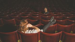 Vypnutí telefonu v divadle nebo v kině? Člověk, který trpí nomofobií, tedy chorobným strachem z odloučení od mobilního telefonu, telefon neodloží téměř nikde (ilustrační snímek)