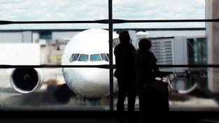 Pokud turisté na dovolenou kvůli krachu cestovky neodletí, mělo by mít nárok na vrácení plné výše zájezdu (ilustrační snímek)