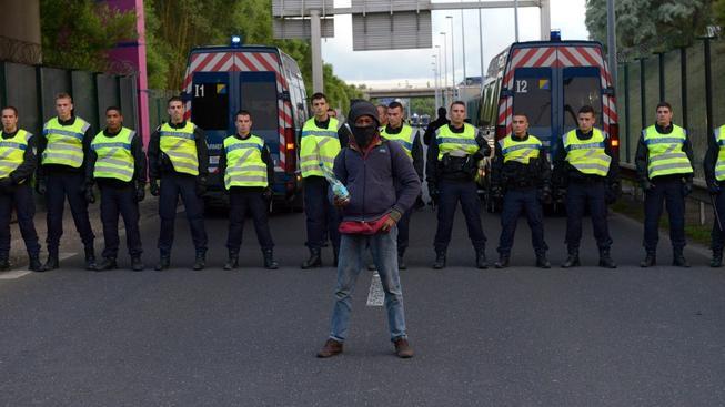 Francie zvýšila počet policistů u Eurotunelu, ale uprchlíci se dál snaží dostat se do Británie