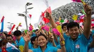 Obyvatelé Pekingu oslavují před Ptačím hnízdem verdikt Mezinárodního olympijského výboru