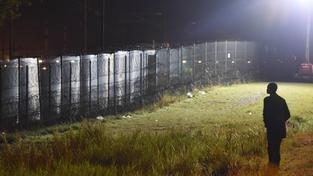 Uprchlíci v Calais při přechodu do Británie riskují život. Musí překonat vysoké ploty chráněné ostnatými dráty, vyhnout se těžkooděncům se psy a pak se ještě schovat v kamionech naložených na vlaky