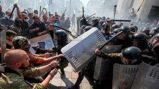 Do skupiny policistů zasahujících proti demonstrantům před kyjevským parlamentem někdo vhodil granát