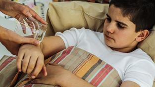 Každý rodič by měl dobře znát příznaky infekce meningokokem, radí lékaři. Ilustrační snímek