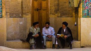 Muži v íránském Šírázu. Ilustrační snímek