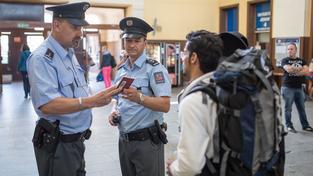 Cizinecká policie napříště už nebude popisovat uprchlíky fixou. Na snímku policisté kontrolují doklady turisty