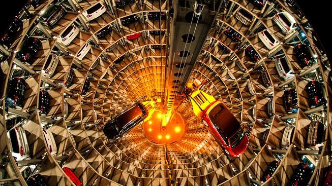 Depo s novými auty v továrně Volkswagenu ve Wolfsburgu