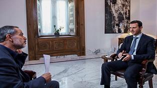 Asad (vpravo) během rozhovoru pro íránskou televizi Khabar TV
