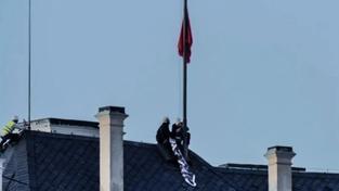 Performeři Ztohoven na hradní střeše vyvěšují rudé trenýrky