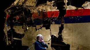Joustra se zrekonstruovanou částí letounu na tiskové konferenci na letecké základně Gilze Rijen