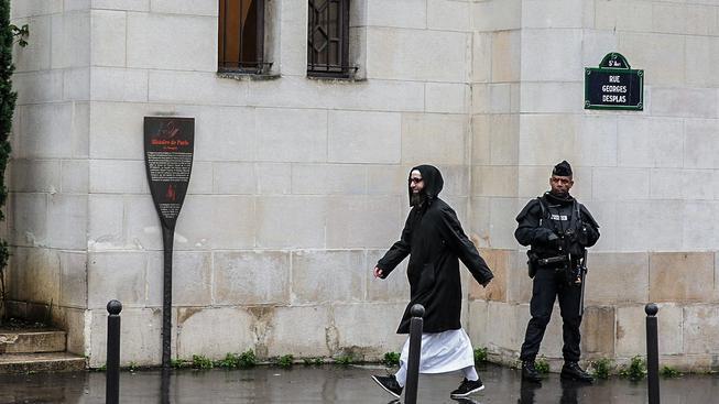 Francouzský policista hlídkuje u pařížské Velké mešity