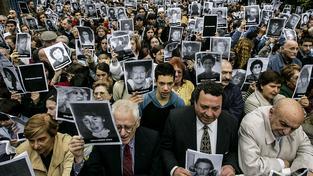 Argentinská židovská komunita vzpomíná na oběti bombového útoku na židovské centrum v Buenos Aires, při němž zemřelo 85 lidí