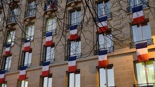 Pařížané vyslyšeli prezidenta Francoise Hollanda a vyvěsili trikolóry