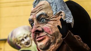 Maska Miloše Zemana na recesistickém průvodu ze 17. listopadu 2015