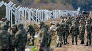 Makedonští vojáci staví plot na hranicích s Řeckem