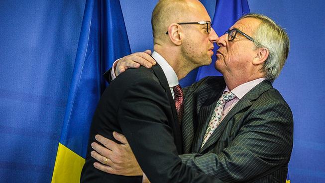 Juncker (vpravo) v objetí s ukrajinským premiérem Jaceňukem
