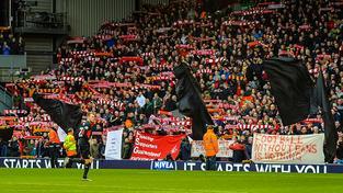 Černé vlajky v hledišti během zápasu se Sunderlandem